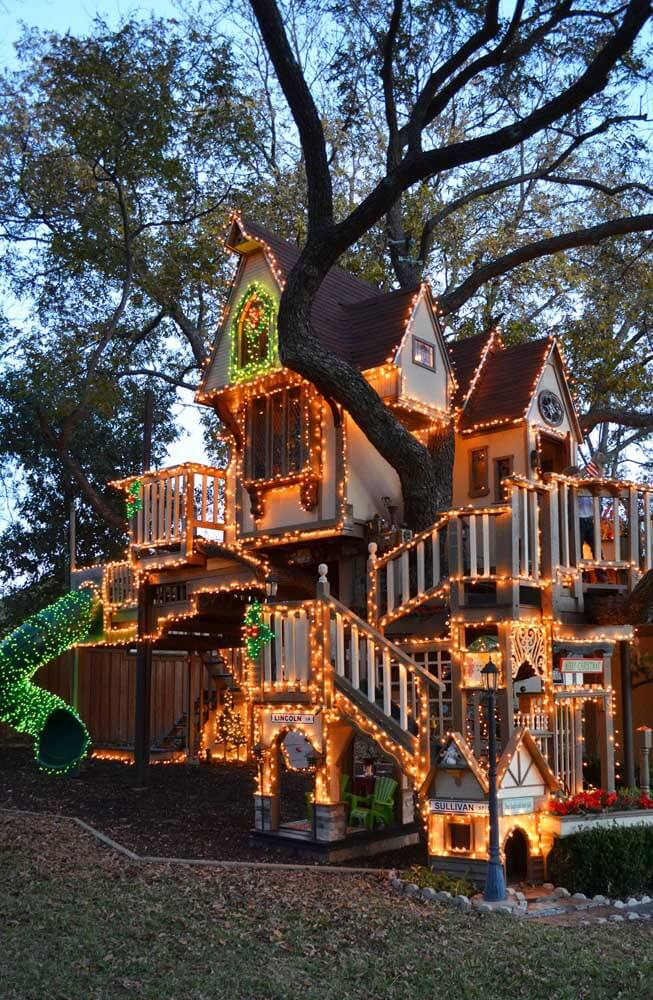 It's hard not to fall in love with this outdoor Christmas decoration