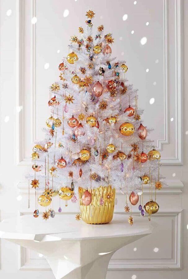Árvore de natal diferente branca com enfeites dourados e rose gold