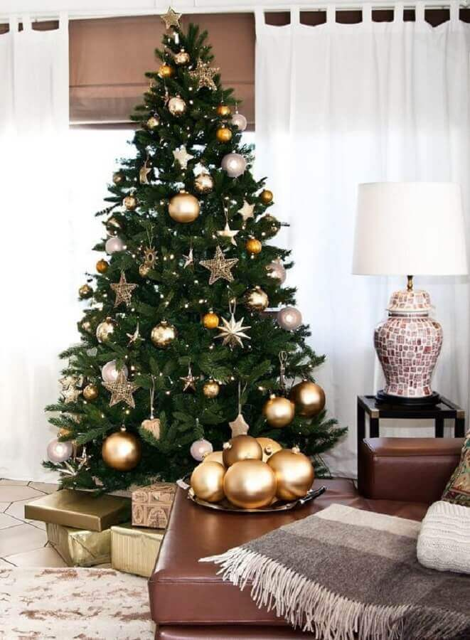 large christmas tree decorated with silver and gold ornaments Photo Guita Moda