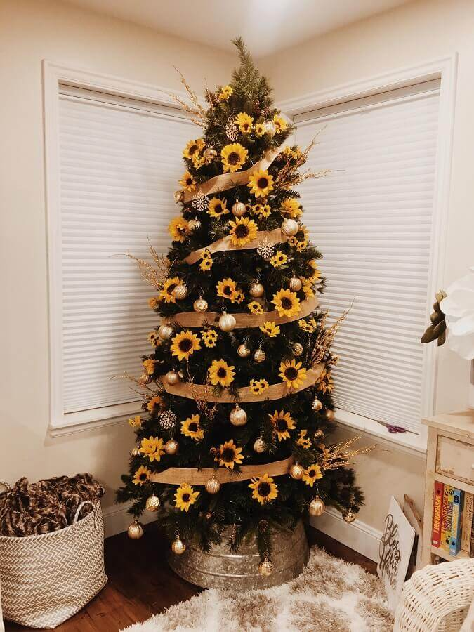 big Christmas tree decorated with sunflower and golden balls Photo Pinterest