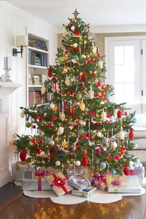 big Christmas tree decorated with gifts Foto One Kings Lane