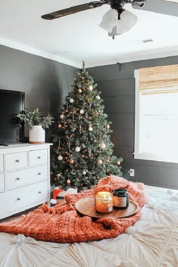 large christmas tree for decoration of room with white dresser Foto Pinterest