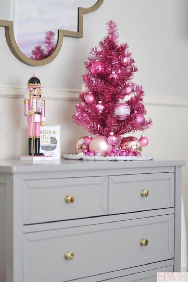 Árvore de natal pequena cor de rosa na decoração