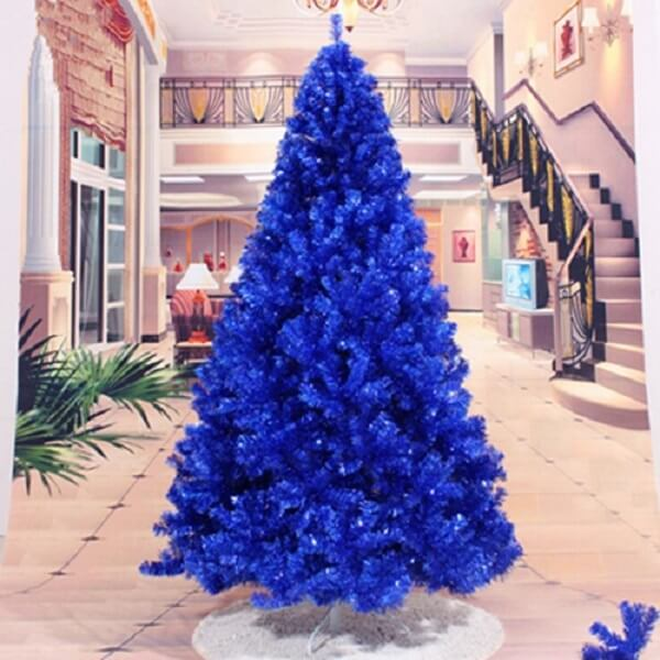 The blue Christmas tree is present and stands out in the decoration of the environment