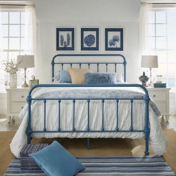 A cabeceira de ferro azul se conecta com outros elementos decorativos do quarto
