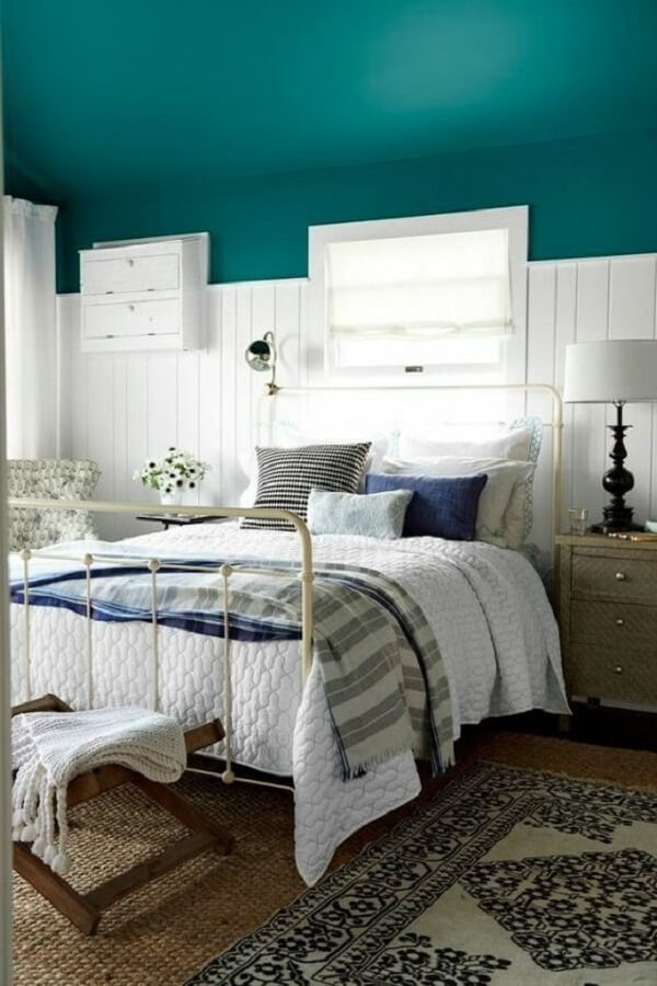 A cabeceira de ferro branca traz neutralidade para o dormitório