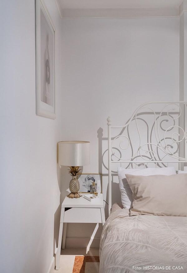 A cabeceira de ferro provençal branca confere delicadeza ao quarto