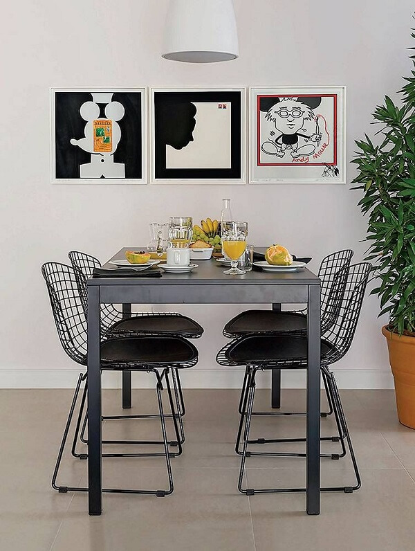 A cadeira Bertoia funciona bem ao redor da mesa de jantar