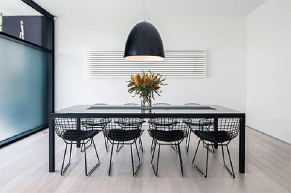 A cadeira Bertoia preta se harmoniza com os demais itens do ambiente