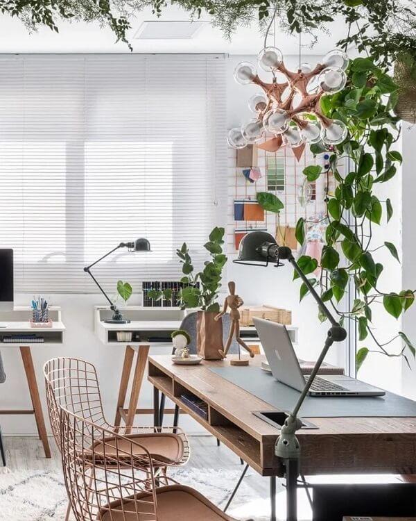 A cadeira Bertoia rose gold traz delicadeza para o ambiente