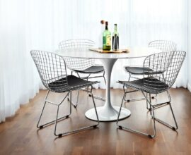 A cadeira Bertoia se destaca na decoração da sala de jantar