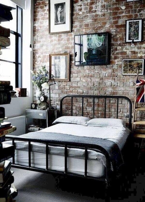 A cama com cabeceira de ferro preto realça o estilo industrial do quarto