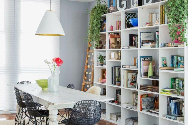 A estante branca para sala de jantar auxilia na organização