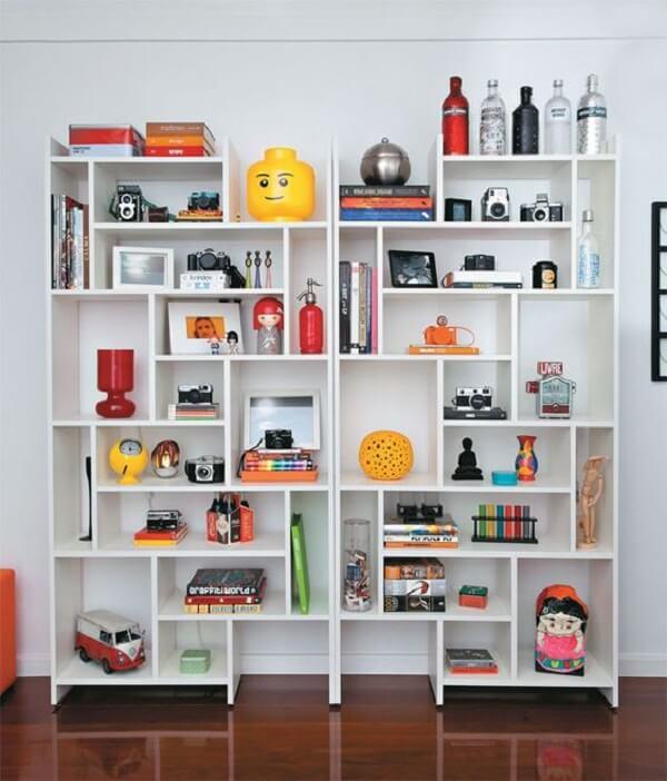 A estante branca pode assumir diferentes formatos no ambiente