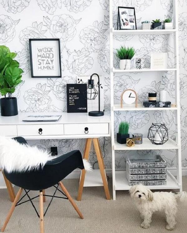 A estante escada branca se conecta com o papel de parede