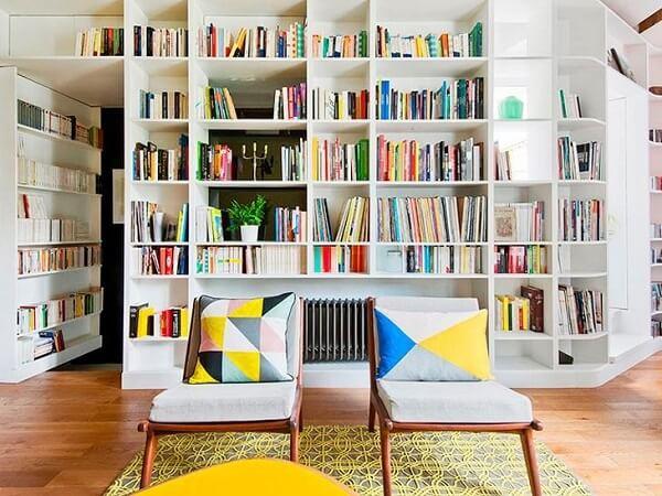 A estante nichos branca acomoda livros e objetos de decoração