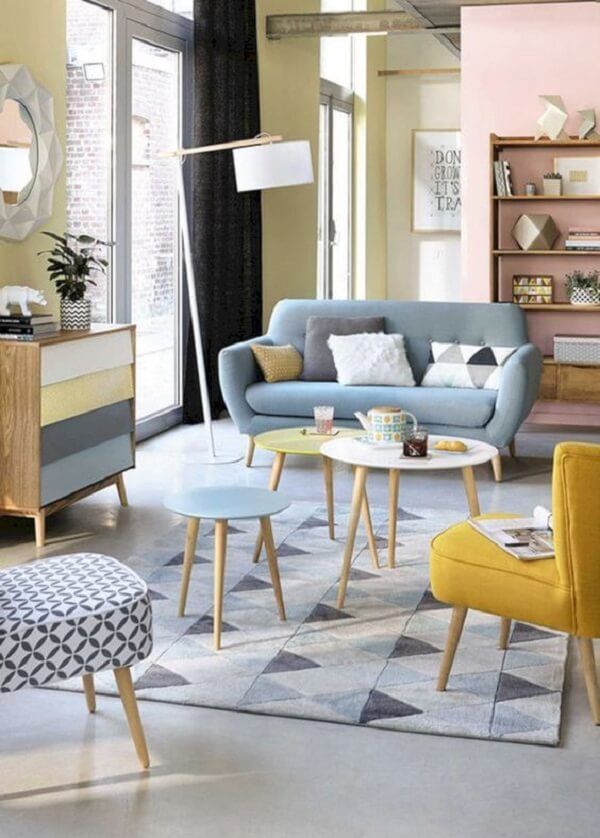 A mesa de centro retrô amarela, azul e branca se destacam na sala