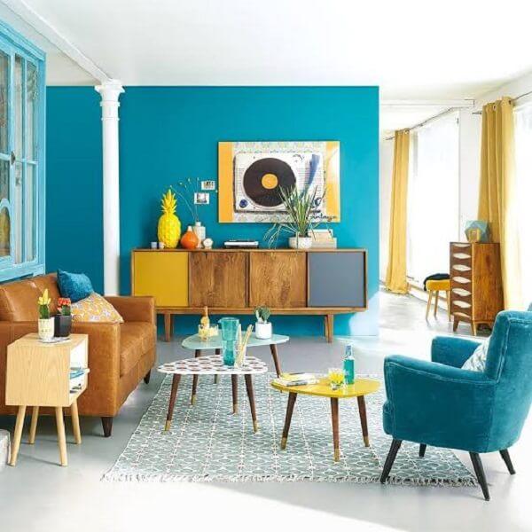 A mesa de centro retrô amarela, branca e azul possuem diferentes tamanhos