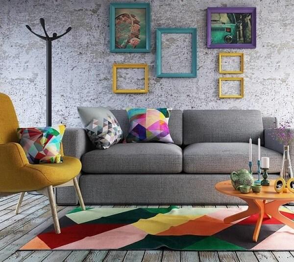 A mesa de centro retrô amarela serve de apoio para diversos itens decorativos