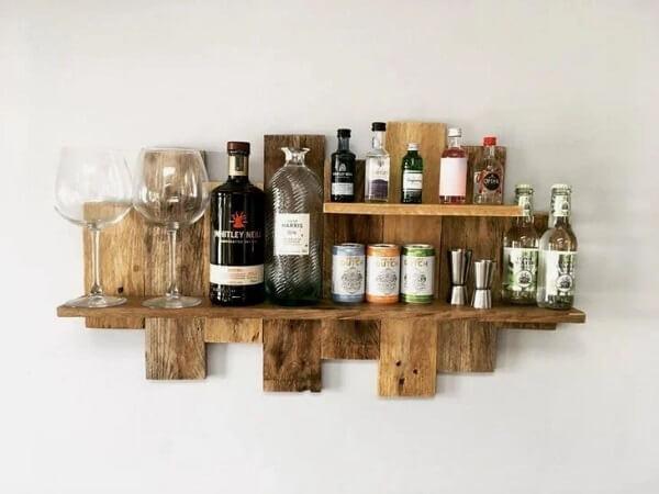 A prateleira de pallet para bar acomoda garrafas e copos
