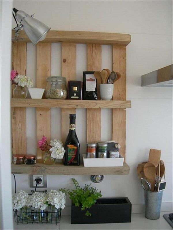 A prateleira de pallet para cozinha é muito versátil