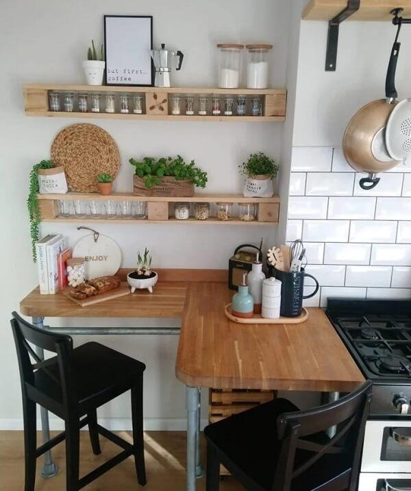 A prateleira de pallet para cozinha ajuda na organização dos temperos