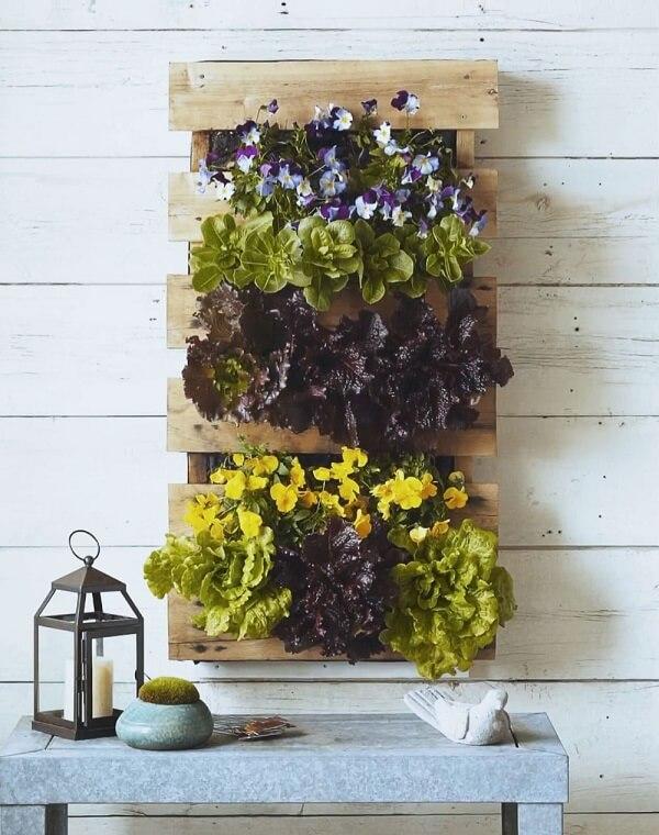 A prateleira de pallet para plantas forma um lindo jardim vertical