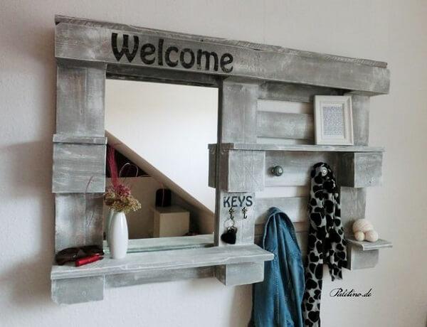 A prateleira de pallet para quarto com espelho ajuda nas etapas de embelezamento