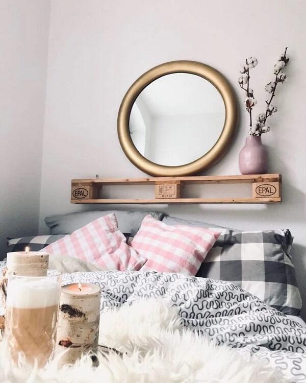 A prateleira de pallet para quarto se conecta com os demais elementos do ambiente