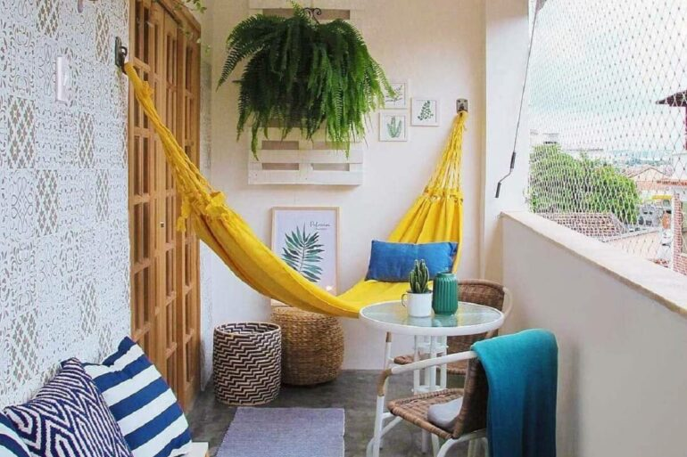 A rede de descanso amarela ilumina a decoração da varanda