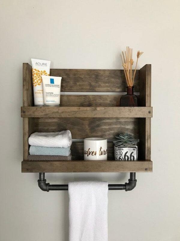 Aposte na decoração rústica com prateleira de pallet para banheiro
