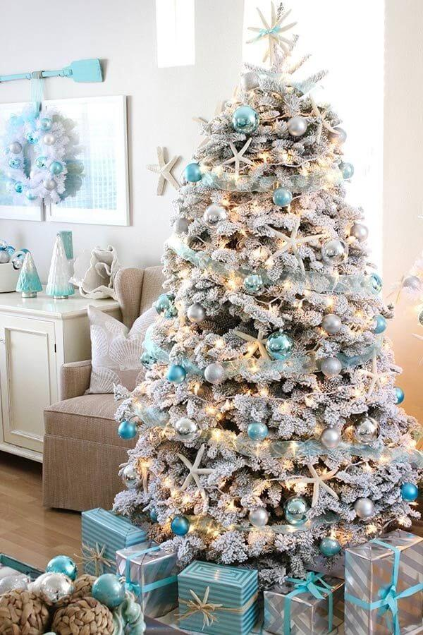 Take advantage of the neutrality of white to mount a beautiful white and blue Christmas tree
