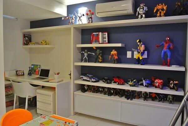 Aproveite o espaço incluindo uma estante branca embutida para quarto