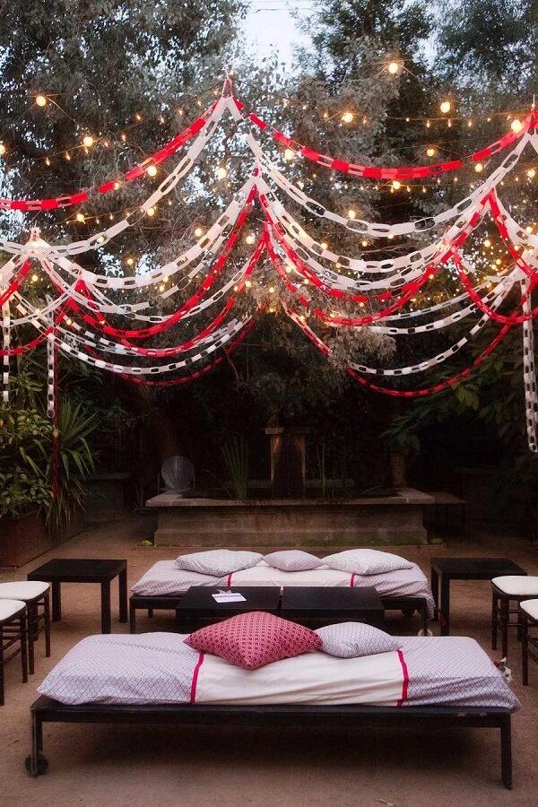 As correntes do cordão de luz decoração criam um efeito mágico na área externa
