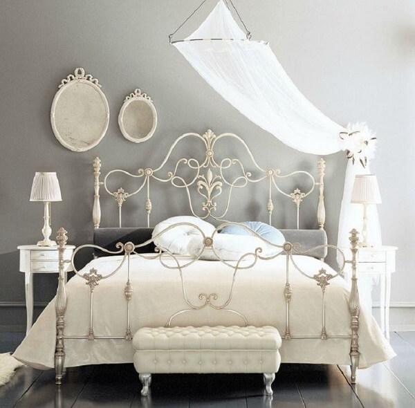 As curvas da cabeceira de ferro provençal branca trazem um ar romântico ao dormitório