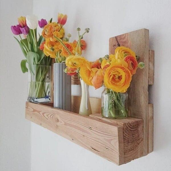 As flores deixam a prateleira de pallet ainda mais linda