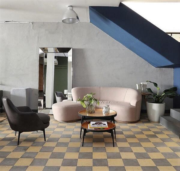 Assim como a mesa de centro o chão quadriculado também é um clássico do retrô