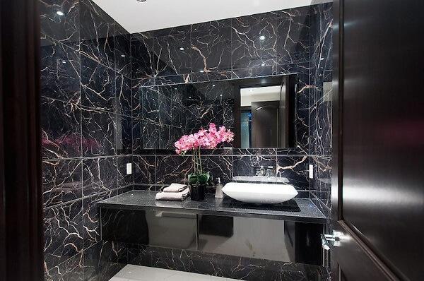 Banheiro de granito preto com espelho fumê é pura sofisticação