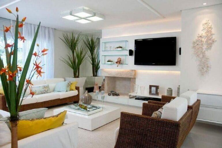 Conjunto de plafons de sobrepor se destacam no teto da sala de estar
