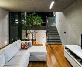 O plafon simples em formato retangular se conecta com a decoração estilo industrial