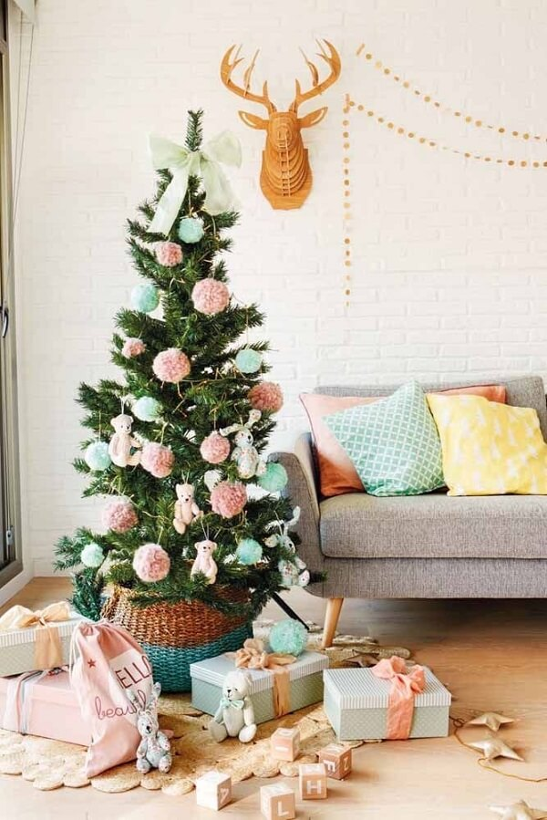 Call the children and decorate the Christmas tree with blue and pink
