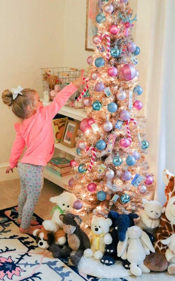 Call the children to participate in the assembly of the blue and pink Christmas tree