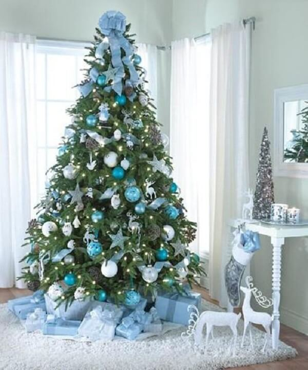 Charm and elegance with this blue and silver Christmas tree