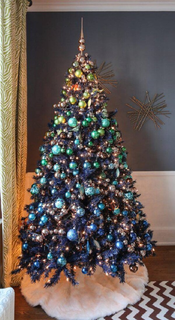 Place a fabric on the feet of the Christmas tree with blue decoration and make the environment more beautiful