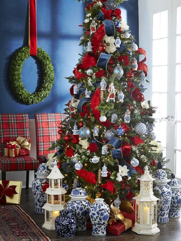 Perfect combination in this blue and red Christmas tree