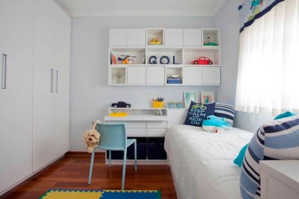 Complemente a decoração do quarto com uma linda estante branca