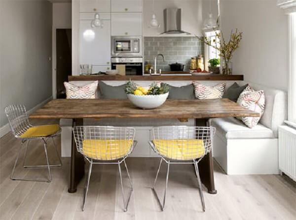 Complemente os assentos da mesa de canto com a cadeira Bertoia cromada