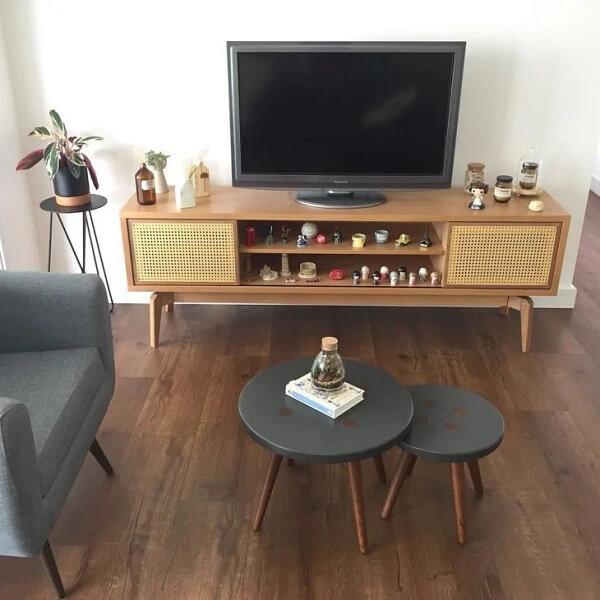 Conjunto de mesa de centro retrô com pintura de botões traz descontração para o ambiente