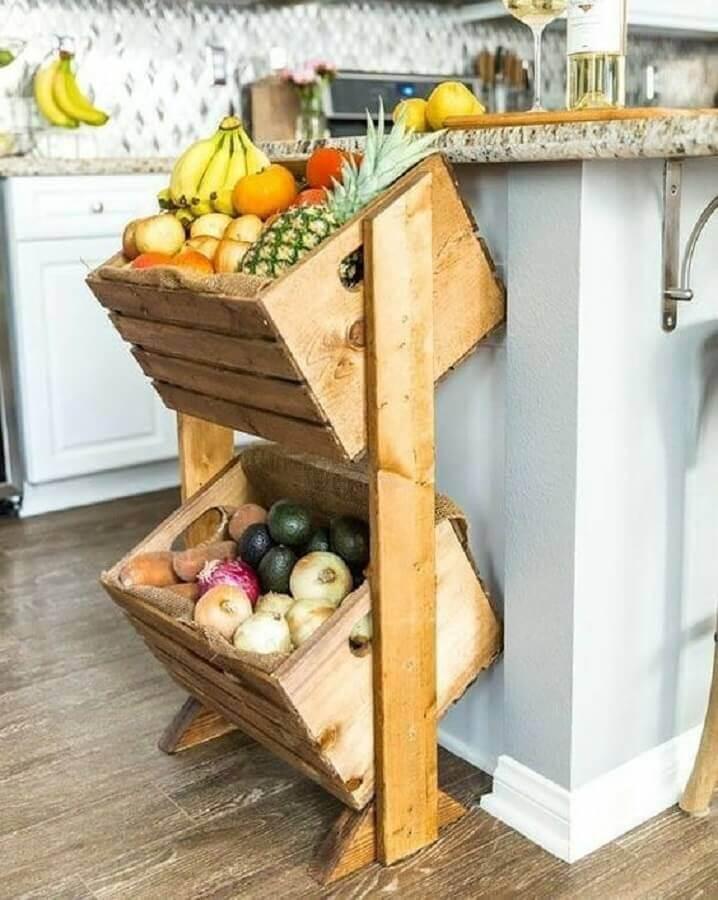 cozinha decorada com fruteira de chão rústica de madeira Foto Pinterest