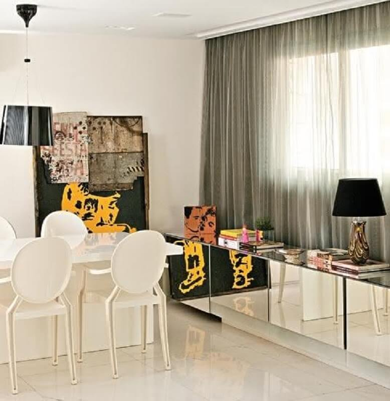 Clean decor with a shade of black, and a buffet to the dining room with a mirror in the Picture-House of Valentina